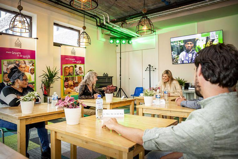 Koningin Maxima tijdens een werkbezoek aan vrijwilligersorganisatie House of Hope in Rotterdam. Deze organisatie helpt kwetsbare bewoners van Rotterdam-Zuid bij maatschappelijke, financiële en praktische problemen. Beeld ANP