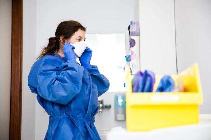 Een ziekenhuismedewerker met een mondkapje. Foto ter illustratie