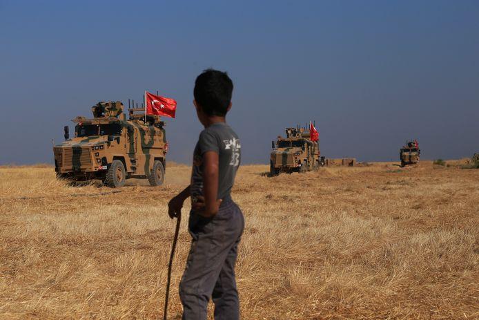 Turkse troepen patrouilleren samen met Amerikaanse troepen in de veiligheidszone tussen Turkije en de sectoren in Syrië die worden gecontroleerd door de Koerdische militie YPG.