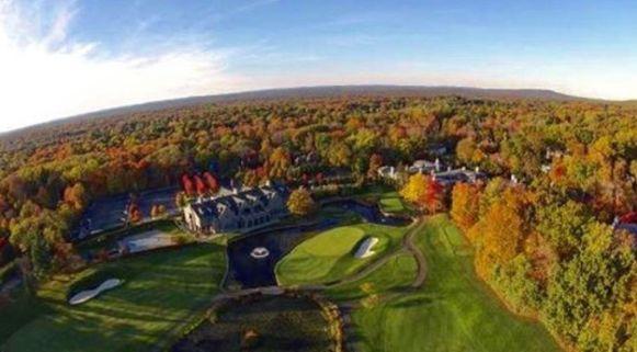 De countryclub met bijhorende golfbanen vanuit de lucht.