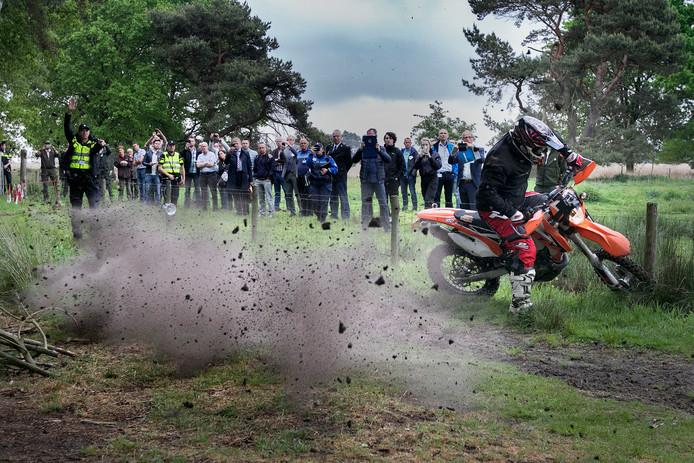 Handhavers, natuurbeheerders, politie en bestuurders kregen in 2017 een demonstratie waarin het expertteam liet zien hoe zij de wildcrossers aan gaat pakken. Die aanpak blijkt nu, bijna twee jaar later, succesvol.