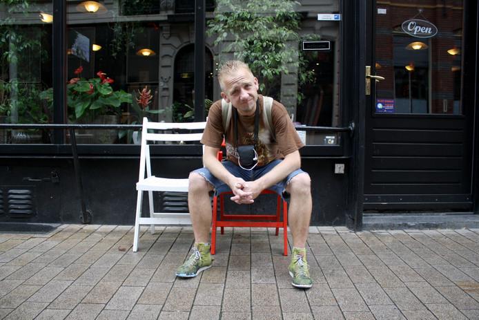 """Pawel schopt tegen papierpropjes, sigarettenpakjes en nog veel meer troep die hij tegenkomt op straat. ,,Mensen denken dat ik een dronken gek ben, dat is niet zo."""""""