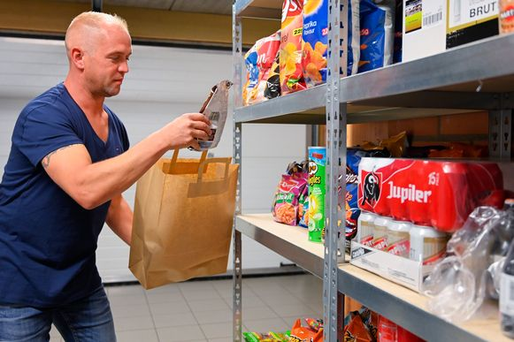Maarten verzamelt een bestelling voor één van zijn klanten.