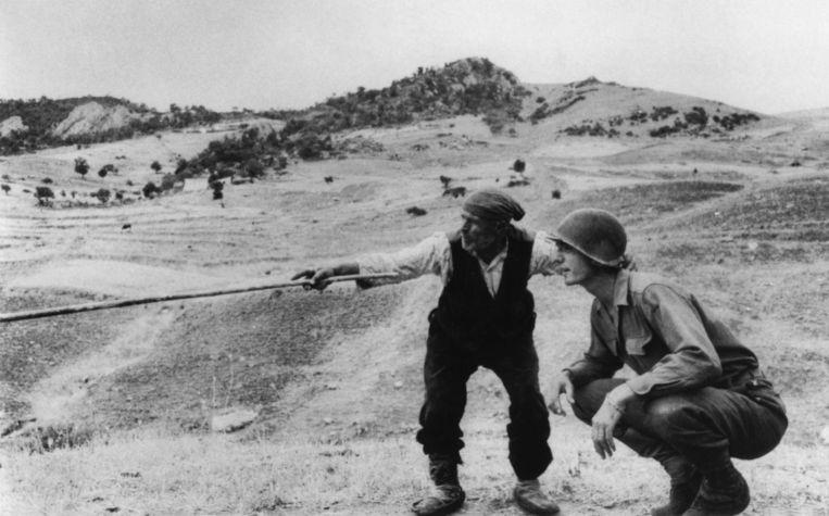 Een Italiaanse boer vertel een Amerikaanse officier waar de Duitse soldaten heen zijn gegaan, Troina, 1943. Beeld Hollandse Hoogte