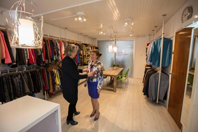 Bertine Oudesluijs en Mariska Neuijen bij  Dress for Success in Eindhoven