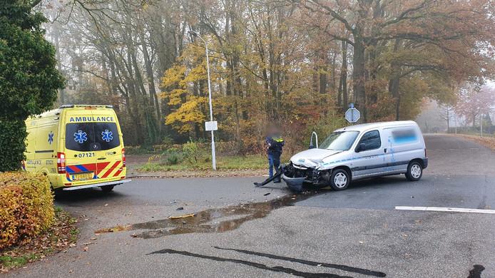 De beschadigde bedrijfswagen op de kruising in Wageningen.