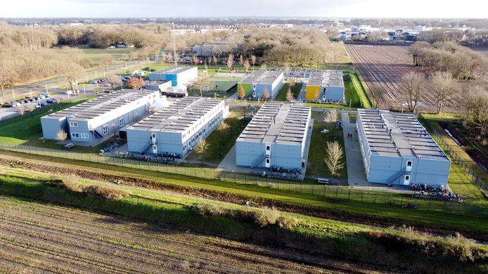 Het asielzoekerscentrum aan de Jachthuisweg. Aan de horizon ligt Hardenberg.