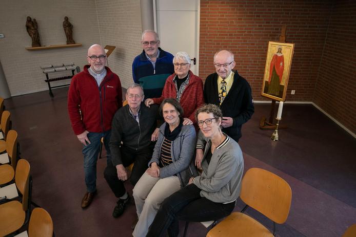 Eindhoven 75 jaar Oud-Katholieke Kerk aan de Boschdijk, de Maria Magdalenakerk. Op de foto pastoor Wim van den Berg (links) en assisterend pastor Leonie van Straaten (rechts), met de parochianen (vlnr) Herman Ueffing, Gerrit Coppens, Feli Platzer (zittend), Adrie de Jong-Otte en Ad Fraza.
