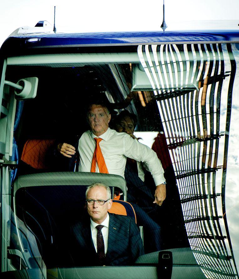 Bus van Oranje komt aan op Schiphol. Beeld anp