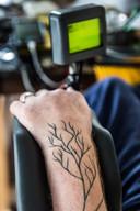 'De tatoeage heb ik pas genomen toen ik ziek werd. Vroeger, toen tatoeages nog voor matrozen en criminelen waren, was alles beter', tikt Garmt met zijn ogen. In de tatoeage zijn onder meer een boom en de naam van zijn dochter verwerkt.