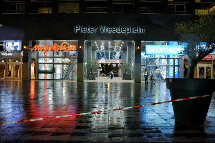 Politie heeft een groot deel van het Pieter Vreedeplein afgezet.
