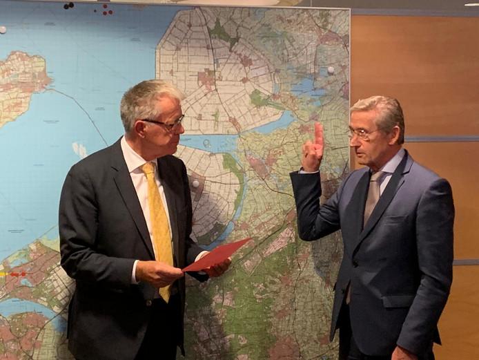 Commissaris van de Koning Leen Verbeek neemt de eed af van Jan Westmaas als waarnemend burgemeester van Noordoostpolder.