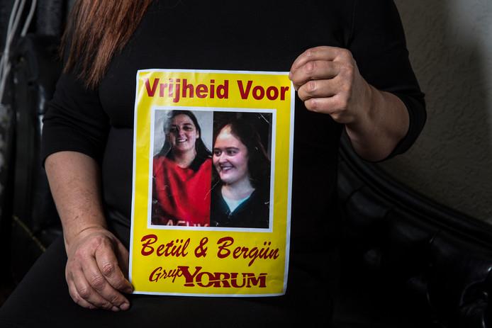 Moeder Gunay Akkaya eerder dit jaar met een poster die pleit voor de vrijlating van haar dochters.
