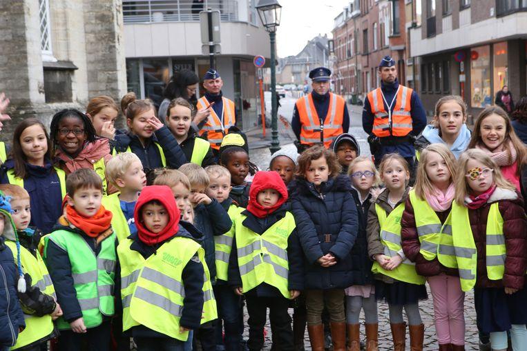 De drie agenten hielden een oogje in het zeil: ze zorgden ervoor dat de kinderen veilig van de school naar de Kalkmarkt konden om de Sint te ontvangen.