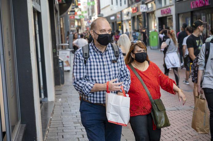 Mondkapjes zijn vanaf woensdag onder meer verplicht in de Amsterdamse Kalverstraat.