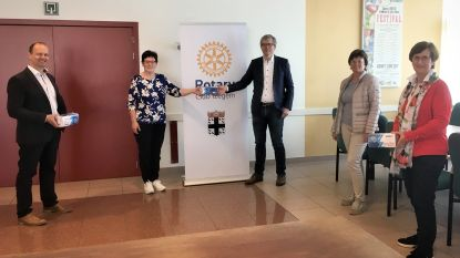 Rotaryclub Izegem schenkt 650 mondmaskers aan gemeente Lendelede