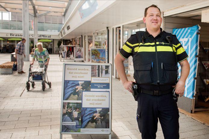 Wijkagent Jelle van Abeelen indertijd in het pop-up politiebureau in winkelcentrum Hoge Vucht.