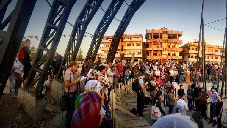 Het door Jonas Staal ontworpen Volksparlement in de Koerdische enclave Derik. De arena onder de pijlers biedt plaats aan volksvergaderingen. Beeld Jonas Staal / New World Summit