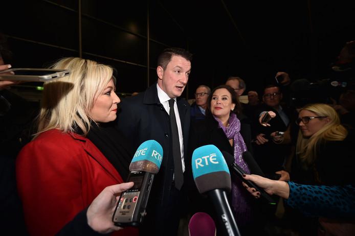 John Finucane houdt een persconferentie samen met Sinn Féin-voorzitter Mary Lou McDonald (links).
