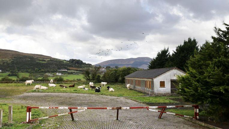 Een in onbruik geraakte grenspost tussen Noord-Ierland. Het zou de grens van de EU kunnen worden. Beeld Paul McErlane / Imageselect