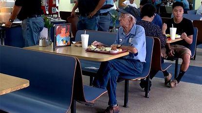 Weduwnaar (93) dineert dagelijks in restaurant met portret van echtgenote