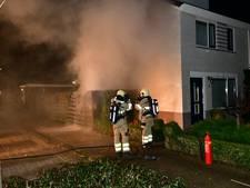 Heg, schuur en containers in brand bij woonhuis in Groessen