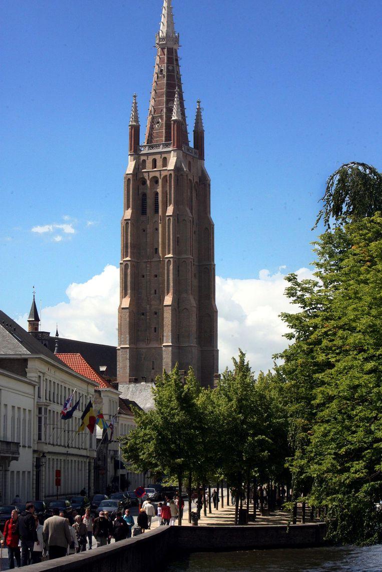 De kerk is letterlijk en figuurlijk een van de drie grote Brugse monumenten.