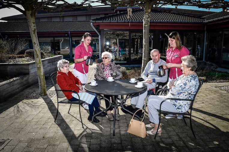 Vandaag weer een warmterecord, bewoners van rust- en verzorgingstehuis Sint-Jozef in Moerzeke konden deze namiddag van de koffie en de zon genieten in de tuin.