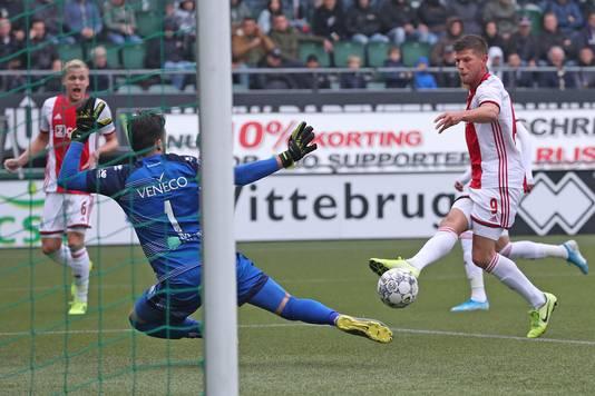 Klaas-Jan Huntelaar schiet raak.