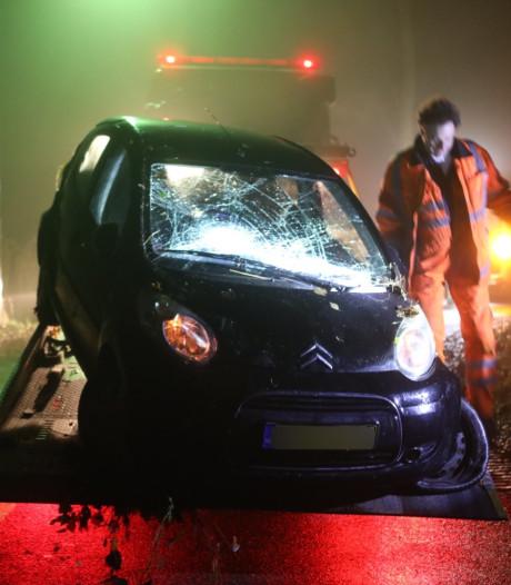 Automobiliste belandt met auto op de kop in droge sloot Liempde
