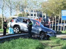 Auto belandt op vangrail in Nieuwegein