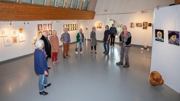 De kunstenaars op hun expositie 'Wij zien je zo', in kunstzaal Dommeldal in Mierlo.