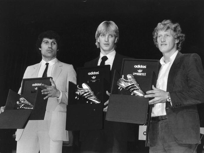 Wim Kieft (m) wint in 1982 de Gouden Schoen als topscorer van Europa met 32 goals. Zilver is er voor Delio Onnis (l) en Kees Kist, die beide goed zijn voor 29 goals.
