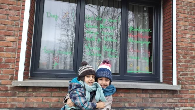 """Tachtig gedichten op ramen in de buurt van Mijlbeek: """"Tijd om op gedichtenjacht te gaan"""""""