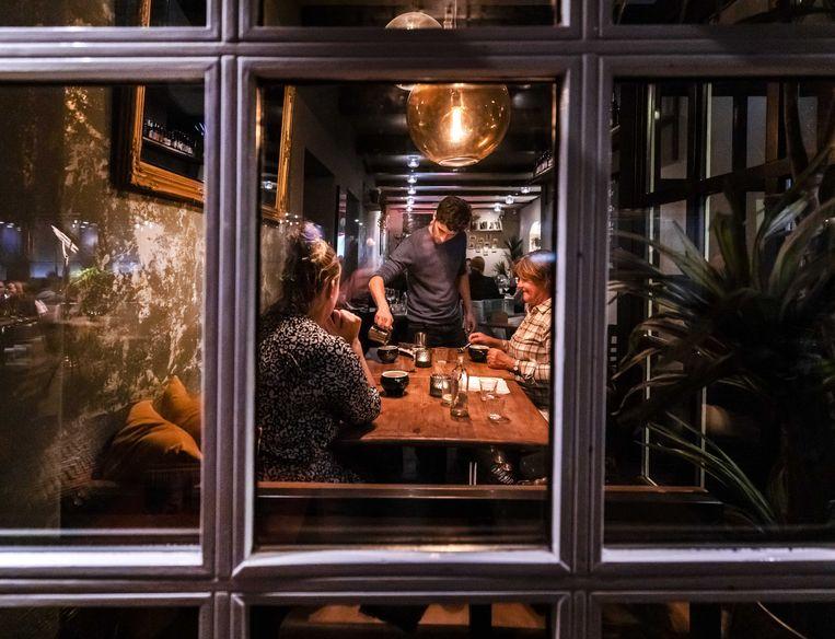 Een horecaondernemer aan het werk in restaurant de Coster in Haarlem. De horeca moet de komende drie weken al om 22 uur de deuren sluiten. Beeld ANP, Remko de Waal