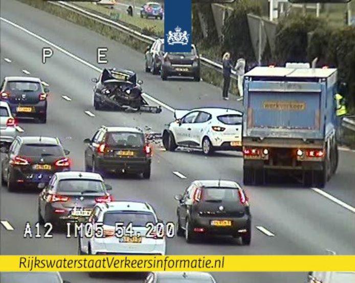 Een lange file op de A12 bij De Meern vanwege een ongeval met meerdere voertuigen.