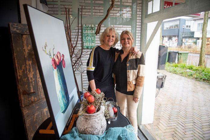 De Nijverdalse kunstenaars Karin Samsen en Lidwien Rouweler namen samen het initiatief voor de expositie Kunstbuurtjes. Zo'n 50 kunstwerken zijn vanaf zaterdag twee weken in drie winkels in de Grotestraat te bewonderen.