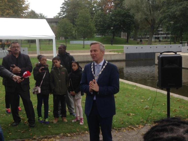 Wethouder en locoburgemeester Van der Burg spreekt bij de onthulling van de Pa Sembrug Beeld Patrick Meershoek