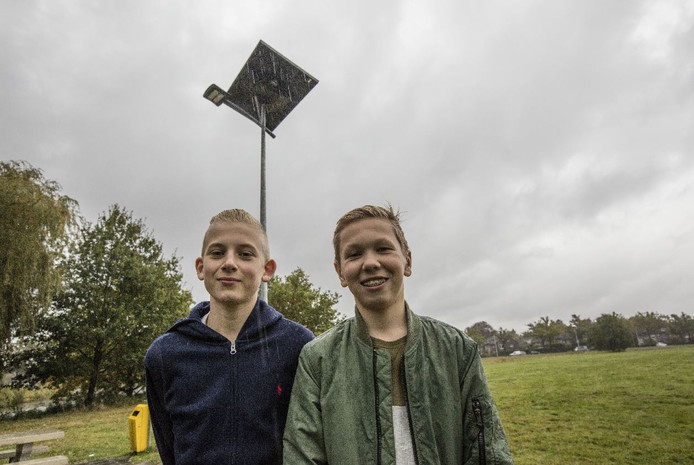 Eerste lantaarnpaal op zonne-energie in de Warande in Helmond