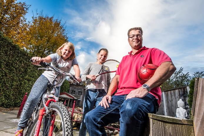 Arjen Spekschate met zijn dochters, links Myrthe, rechts Lynn.