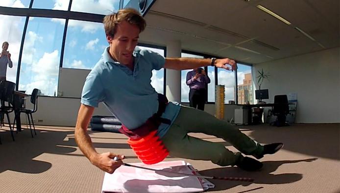 Wetenschappers van de TU Delft testen de 'Valairbag'.