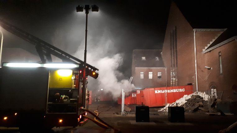 Brand in containers bij de Pniëlkerk in Duindorp.  Beeld Bart Dirks