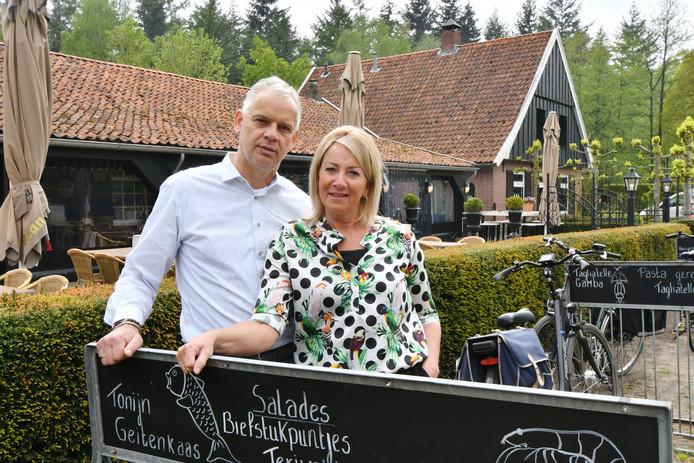 Restaurant Kleinsman is te koop gezet. Frank en Ria Kleinsman voor hun restaurant.