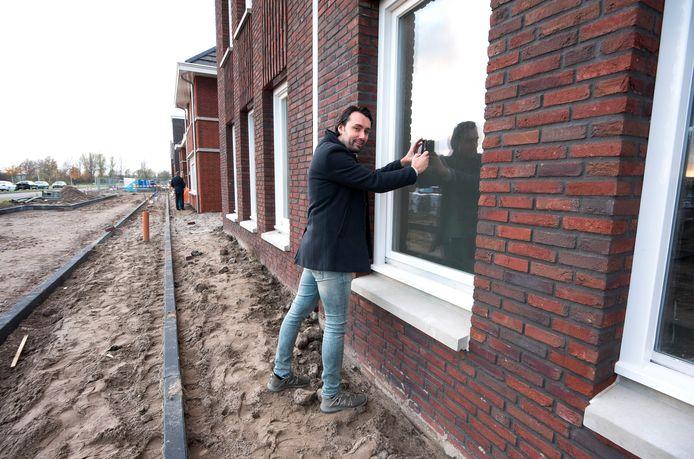 Toekomstig bewoner John Koers van de nieuwbouwijk Rijnvliet maakt een interieurfoto van een van de woningen in zijn nieuwe wijk.