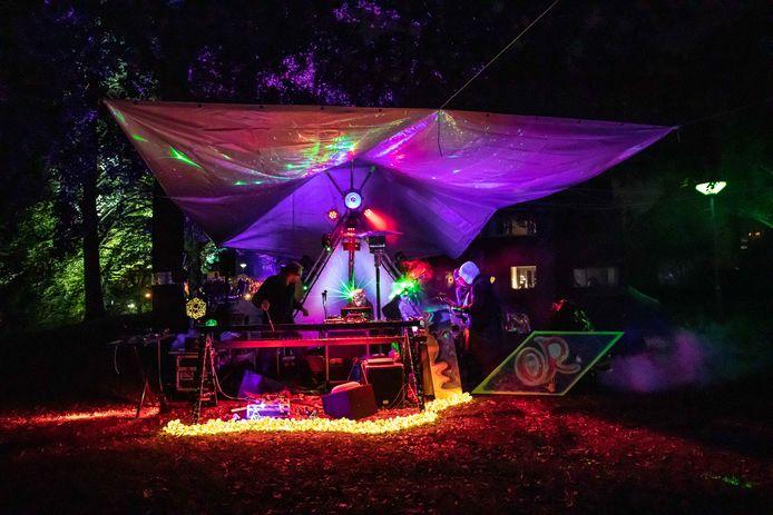 Het spacelab van kunstenaar Or biedt een mix van muziek en geluids- en lichtkunst.