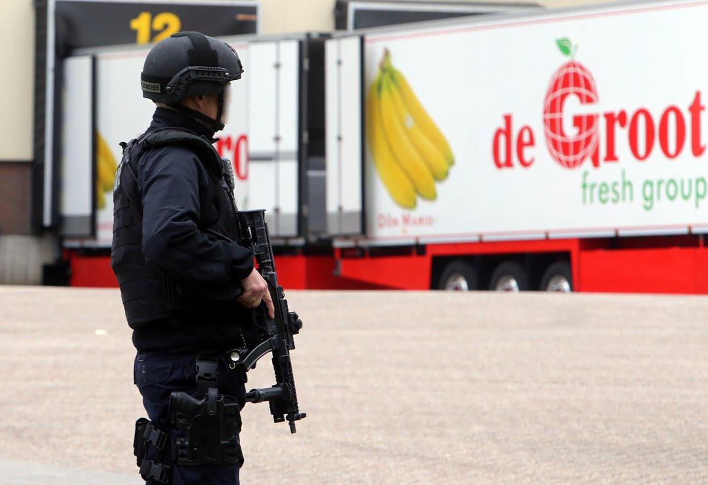Zware bewaking bij De Groot, nadat vier verdachte mannen rond het bedrijf reden.
