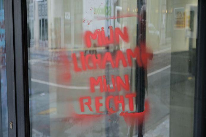 Feministische militanten bekladden hoofdkwartier N-VA