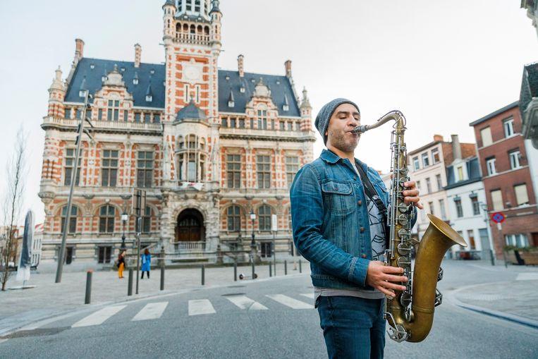 Muzikant Marcelo Moncada voor het districtshuis in Borgerhout.