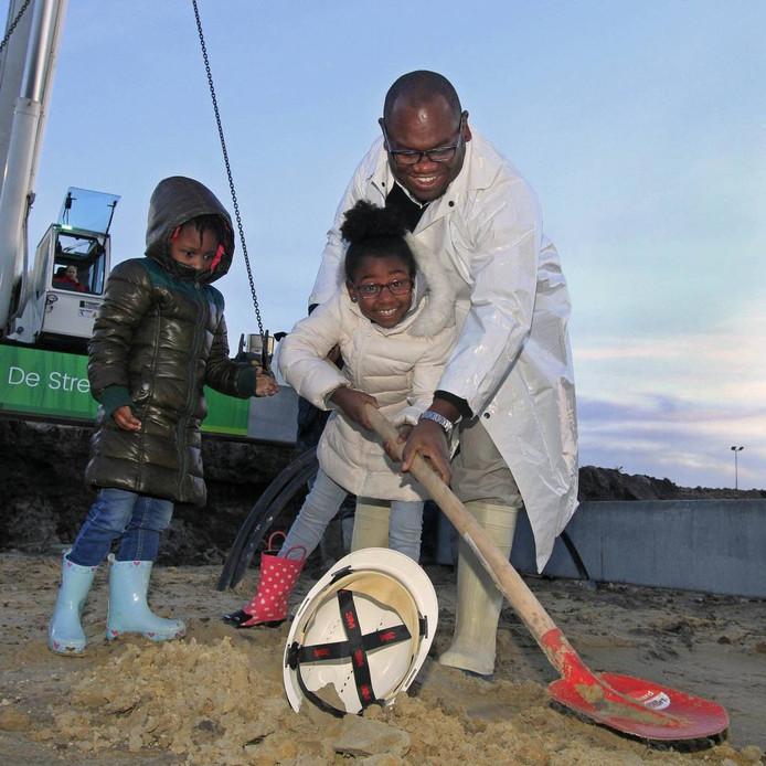 Zindzi (links), Zhenga en pappa Evers helpen een handje bij de start van de aanleg van De Streek. foto gerard van offeren/pix4profs