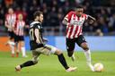 Steven Bergwijn van PSV snelt langs Daley Blind van Ajax.